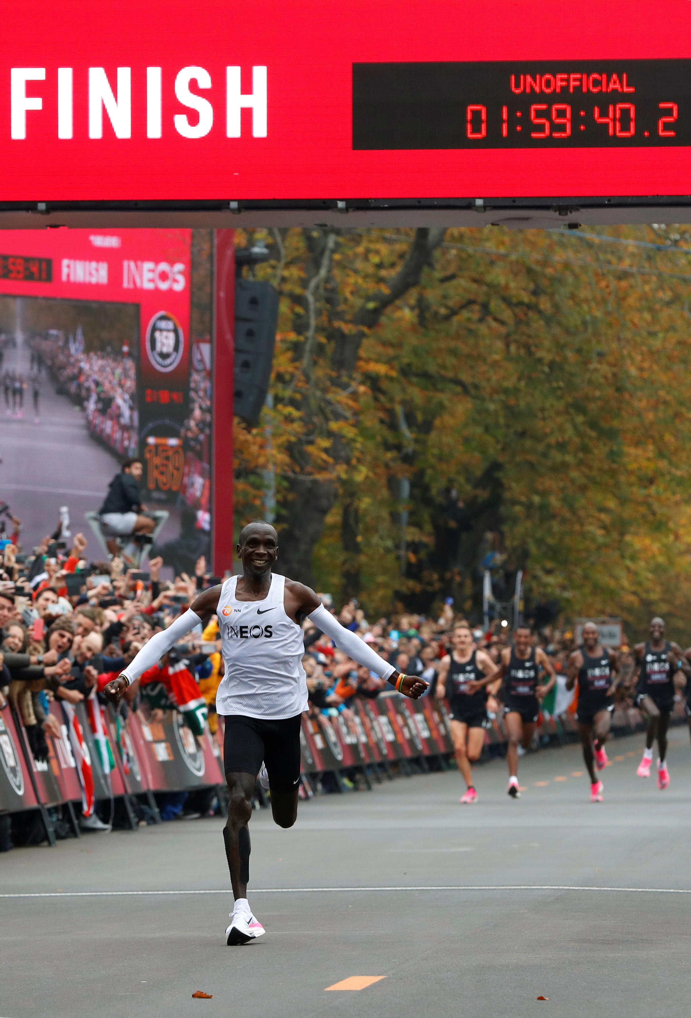 Eliud Kipchoge a reusit performanta de a termina un maraton complet sub doua ore.